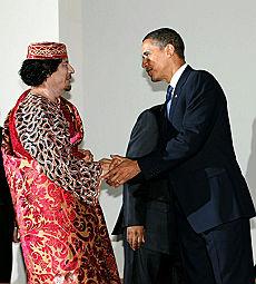 La stretta di mano tra Gheddafi e Obama