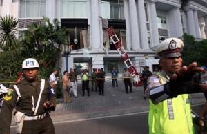 Polizia indonesiana davanti al Ritz-Carlton Hotel di Giakarta