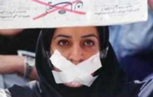 una donna protesta contro la censura