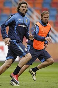Zlatan Ibrahimovic con Olof Mellberg