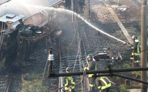 Vigili del fuoco intenti a spegnere le fiamme